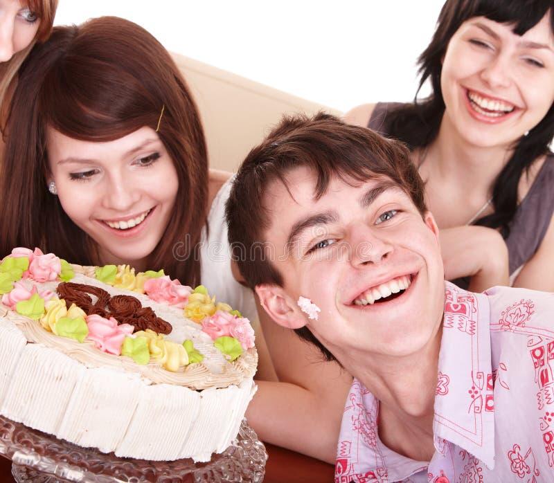 De groep tieners viert gelukkige verjaardag. stock afbeeldingen