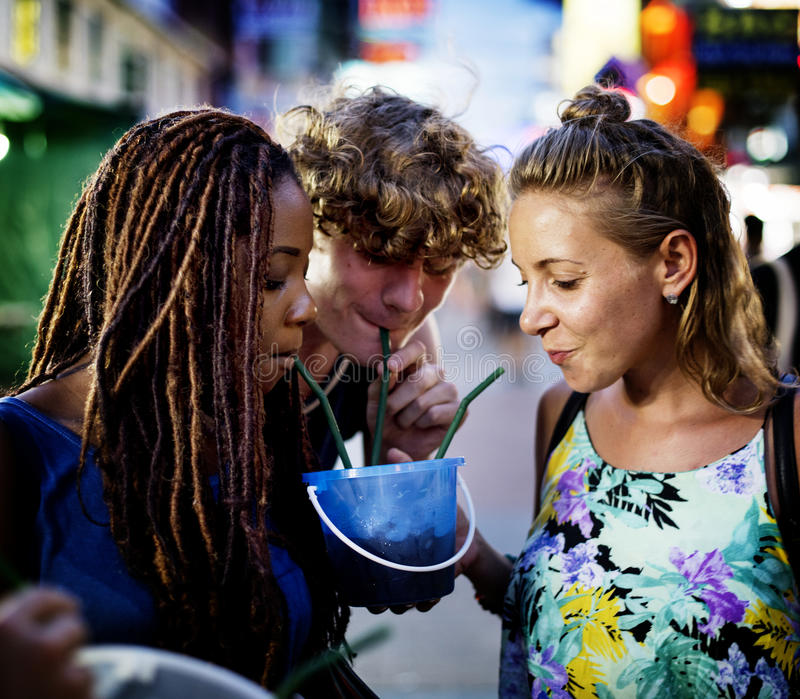 De groep toerist geniet emmer van dranken in het lopen van de Wegbangkok Thailand van Khao San straat royalty-vrije stock foto's