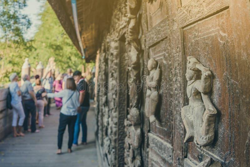 De groep toeristen komt photographys bij het Klooster van Shwe Nan Daw Kyaung Golden Palace in Mandalay, Myanmar bezoeken en neme royalty-vrije stock foto