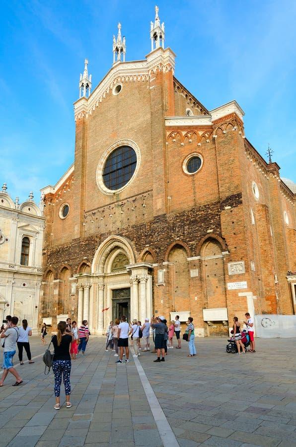 De groep toeristen is op vierkant dichtbij Kathedraal van Santi Giovanni e Paolo, Venetië, Italië stock fotografie