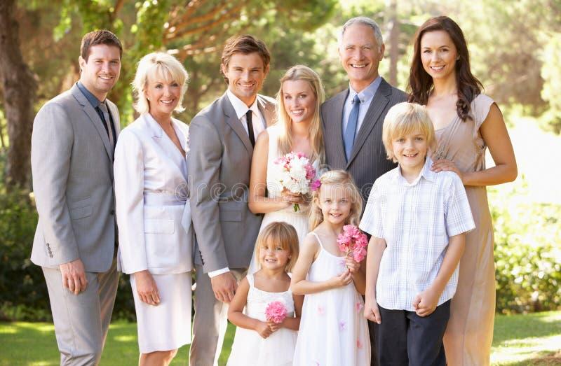 De Groep van de familie bij Huwelijk stock afbeeldingen