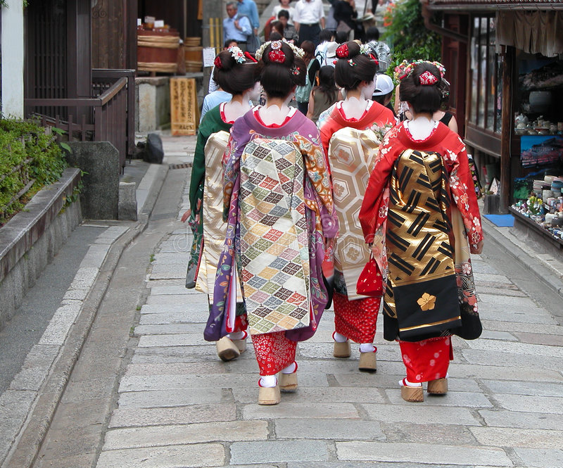 De groep van de geisha in een straat van Kyoto