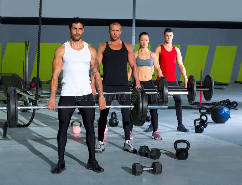 De groep van de gymnastiek met de training van de gewichtheffenbar crossfit stock foto's