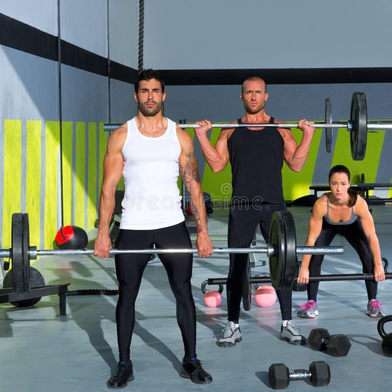 De groep van de gymnastiek met de training van de gewichtheffenbar crossfit stock afbeelding
