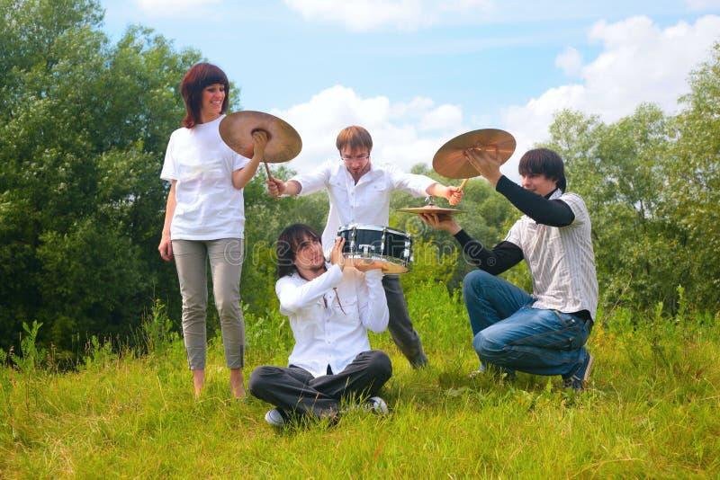 De groep van de muziek het spelen in park stock foto's