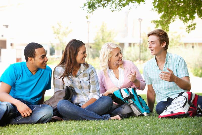 De groep van de student in openlucht royalty-vrije stock fotografie