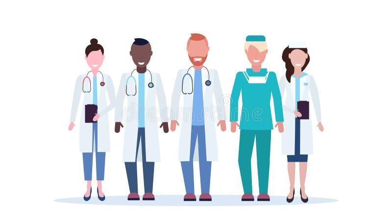 De groep van het mengelingsras medische artsenteam in eenvormig vlak zich verenigt de arbeiders volledige lengte van de het zieke vector illustratie