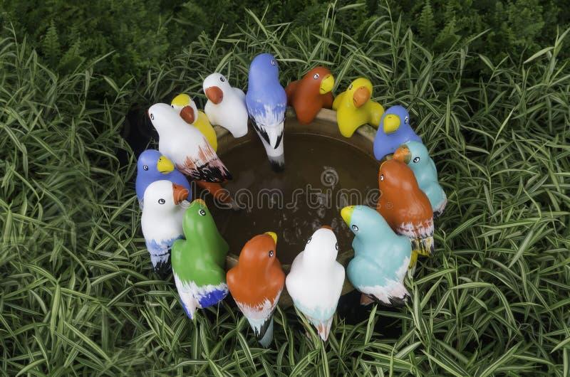De groep vogelstandbeeld komt in tuin samen royalty-vrije stock afbeelding