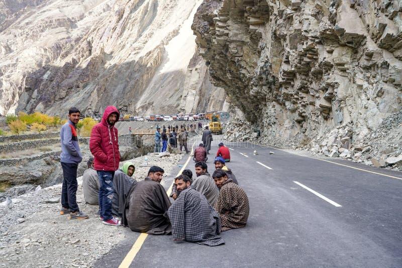De groep vrachtwagenchauffeurs die wanneer de weg wegens grondverschuiving duidelijk zal zijn wachten stock foto's