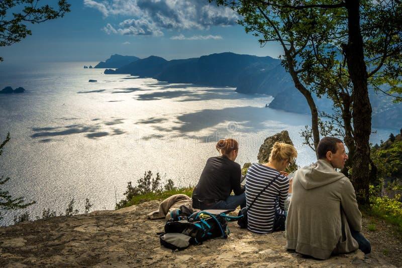 De groep wandelaars die op de Weg van Goden rusten sleept op Amalfi Kosten, Italië stock foto's