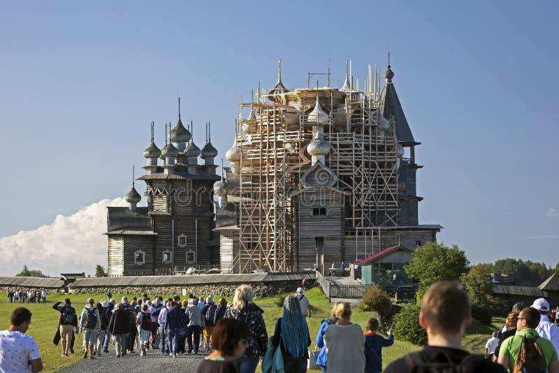 De groepen toeristen gaan het meesterwerk van Russische houten architectuur zien - Kizhi royalty-vrije stock fotografie
