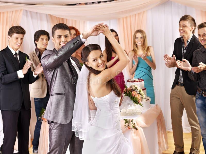 De groepsmensen bij huwelijk dansen.