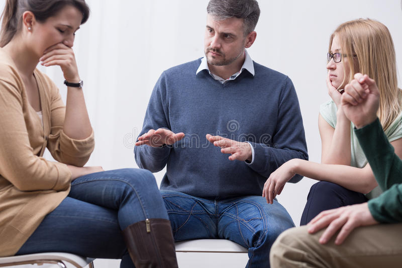 De groepstherapiezitting kan uitdrukkelijke emoties helpen stock afbeelding