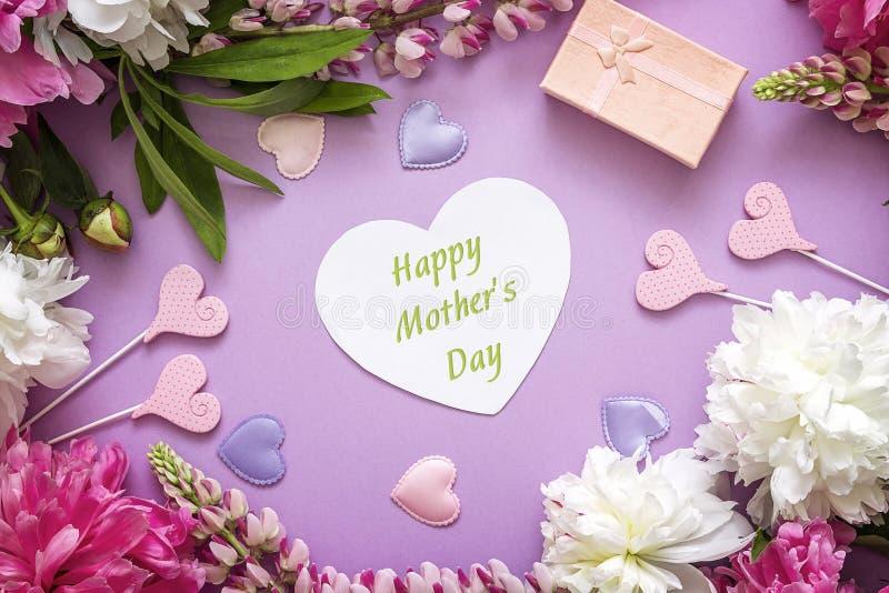 De groetbericht van de moedersdag met pioenen, giftvakje en decorati royalty-vrije stock afbeeldingen