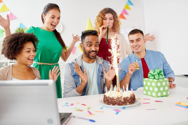 De groetcollega van het bureauteam bij verjaardagspartij stock afbeelding