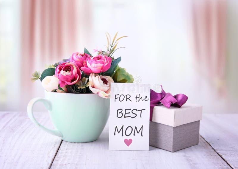 De Groetkaart van de moeder` s Dag Bloemen en giftdoos stock foto's