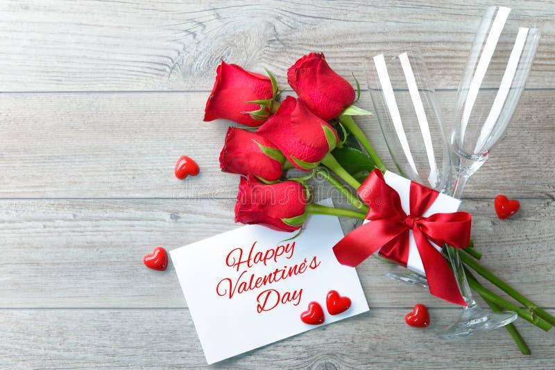 De groetkaart van de valentijnskaartendag, giftdoos, rode rozen en champagne royalty-vrije stock afbeelding