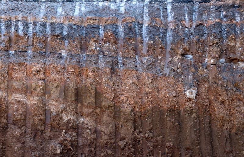 De grondoppervlakte, grint onder de bedekte weg werd opgegraven stock fotografie