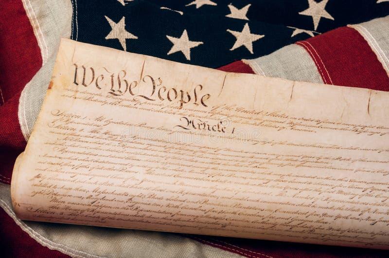 De Grondwet van Verenigde Staten op een Amerikaanse vlag royalty-vrije stock foto's