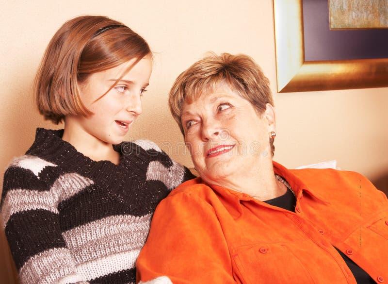 De Grootmoeder En De Kleindochter Kijken Elkaar Gratis Stock Fotografie