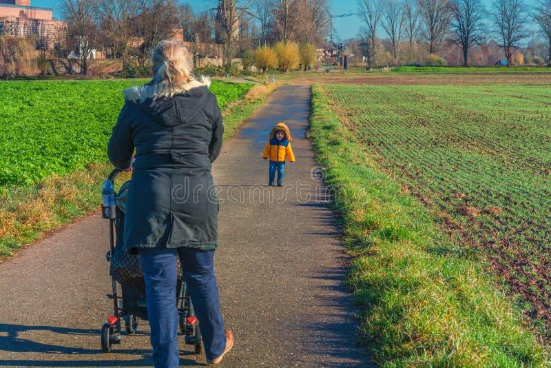 De grootmoeder en het kleinkind gaan voor een gang stock foto