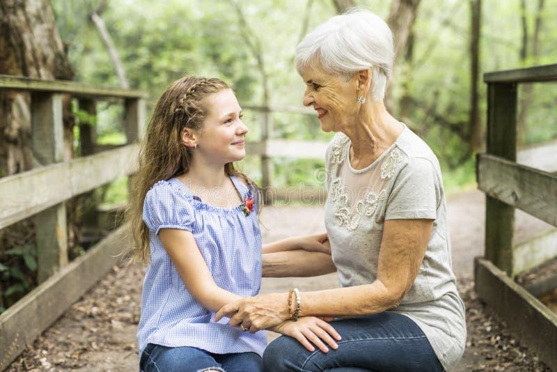 De grootmoeder en de kleindochter brengen het weekend in het park door royalty-vrije stock fotografie