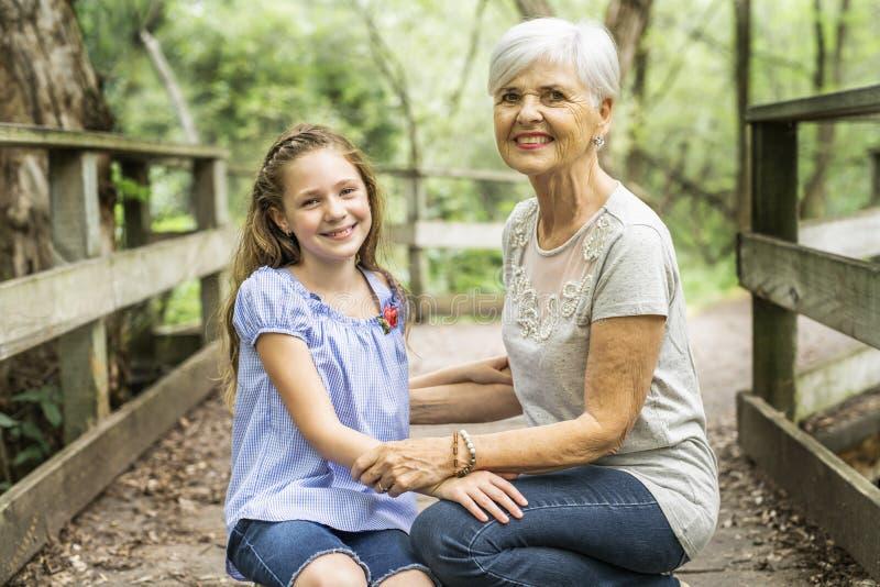 De grootmoeder en de kleindochter brengen het weekend in het park door royalty-vrije stock afbeeldingen