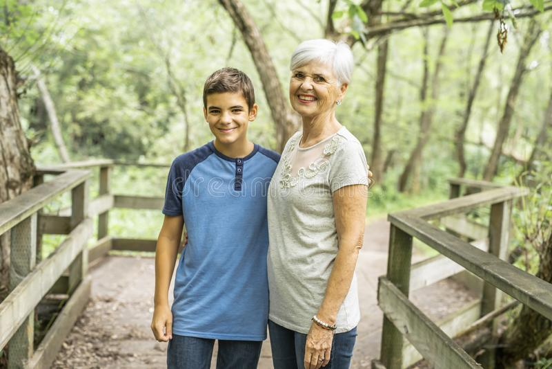 De grootmoeder en de kleinzoon brengen het weekend in het park door royalty-vrije stock foto