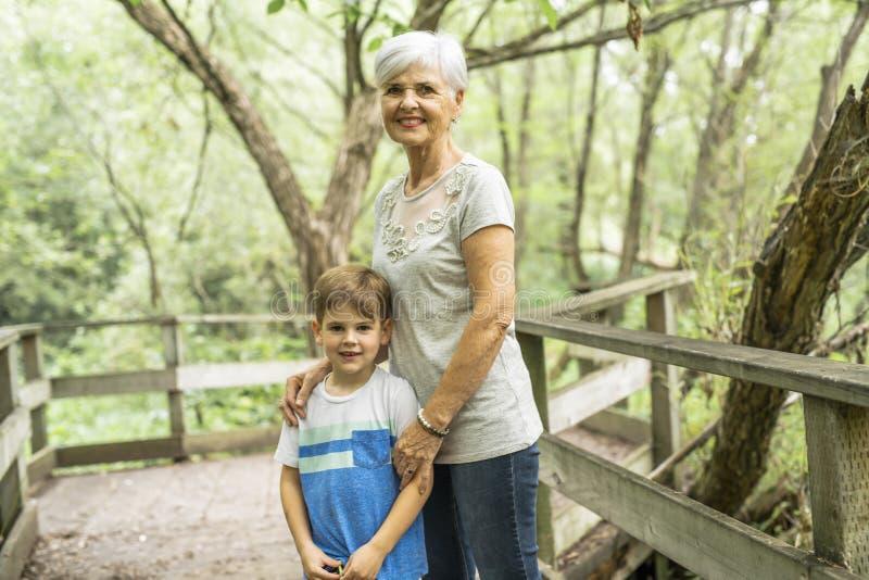 De grootmoeder en de kleinzoon brengen het weekend in het park door royalty-vrije stock foto's