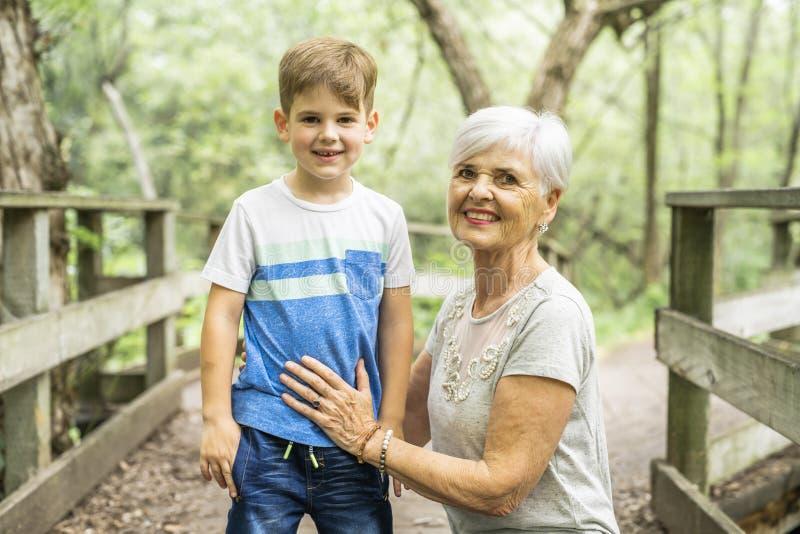 De grootmoeder en de kleinzoon brengen het weekend in het park door royalty-vrije stock afbeelding