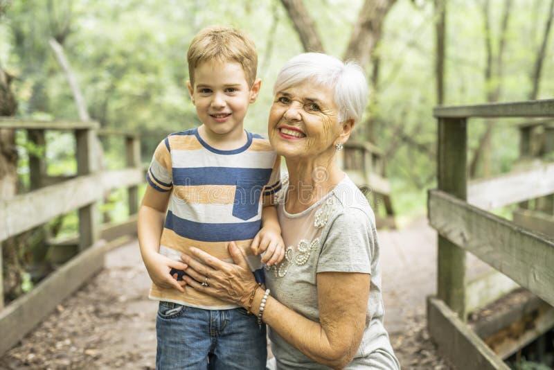 De grootmoeder en de kleinzoon brengen het weekend in het park door stock foto
