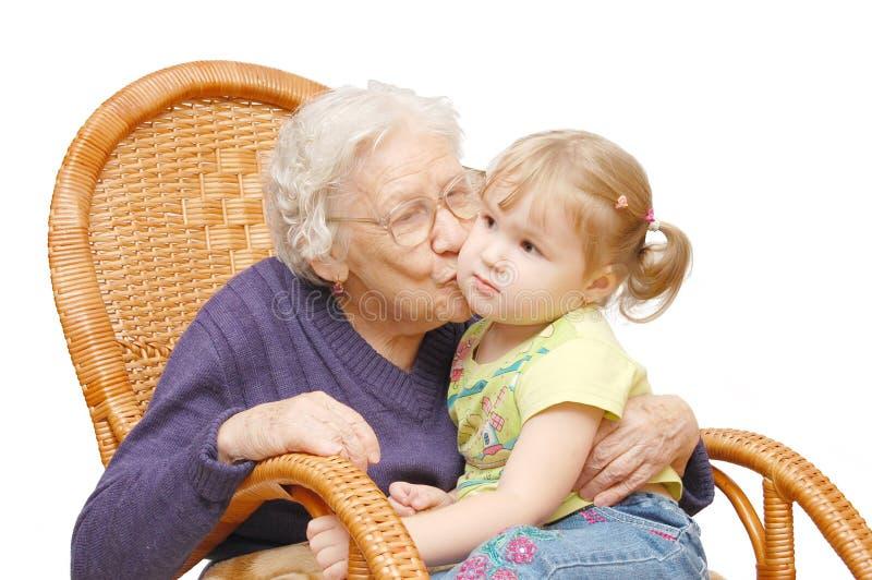 De grootmoeder kust de kleindochter stock foto's