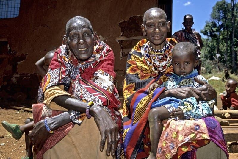 De grootmoeders en het kleinkind van Maasai van het groepsportret stock foto