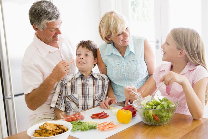 De grootouders en de Kleinkinderen bereiden de maaltijd van A voor royalty-vrije stock foto