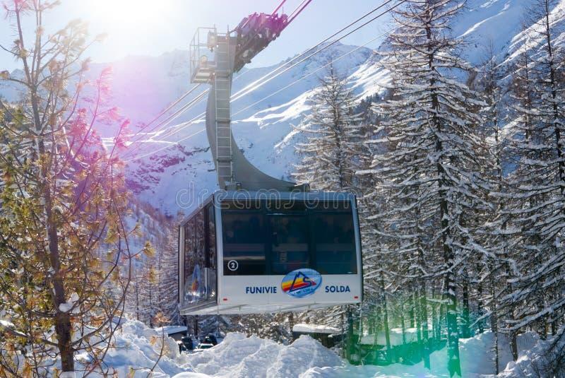 Download De Grootste Alpiene Gondel In Alpen Redactionele Afbeelding - Afbeelding bestaande uit bergen, landschap: 107705645