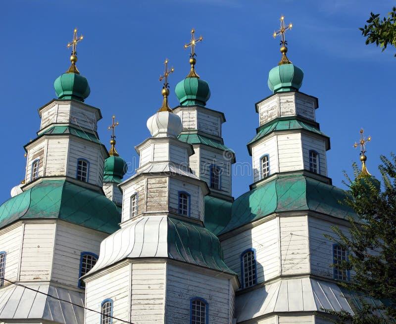 De grootste houten kerk van de Oekraïne, Heilige Drievuldigheidskathedraal in Novomoskovsk stock afbeelding