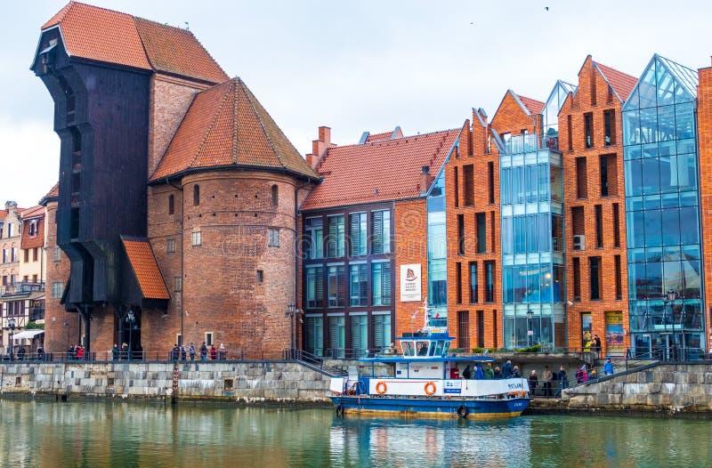 De grootste middeleeuwse die havenkraan in Europa, over de rivier Motlawa in Gdansk, Polen wordt gesitueerd stock afbeeldingen