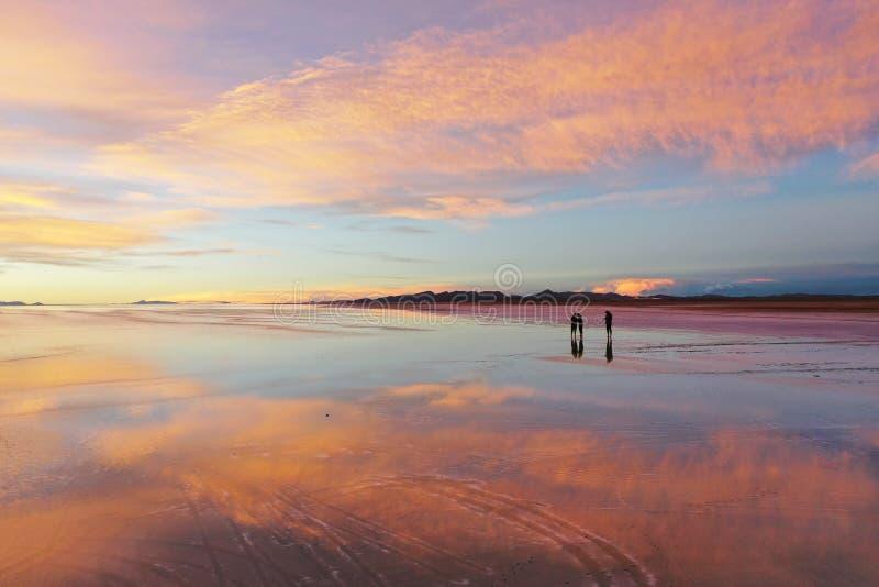 De grootste zoute vlakte van de wereld, Salar de Uyuni in Bolivi stock foto's