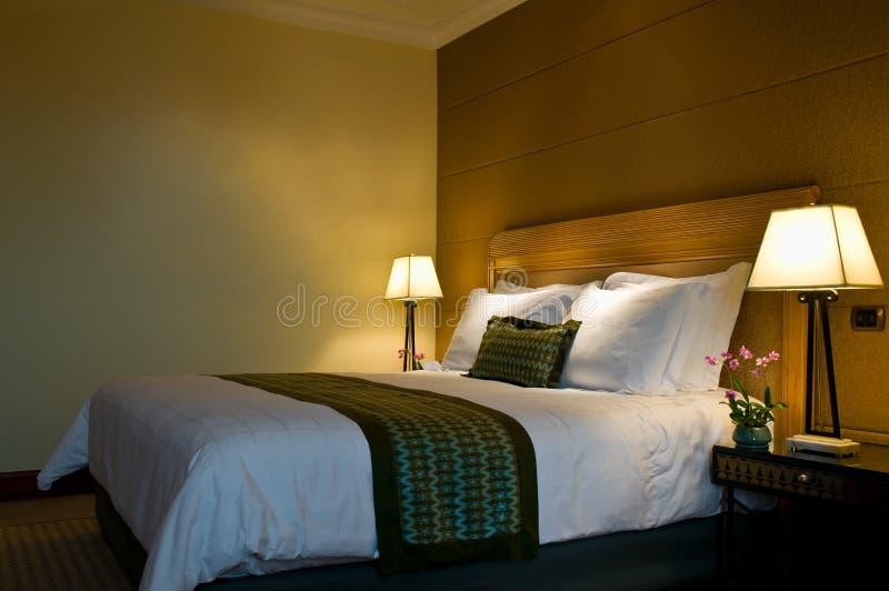 De groottebed van de koning in een vijfsterrenruimte van de hotelreeks stock foto's