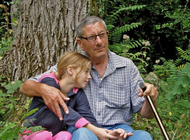 De grootvader en de kleindochter worden omhelst royalty-vrije stock fotografie