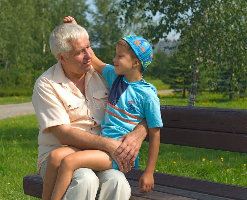 De grootvader en de kleinzoon royalty-vrije stock foto's