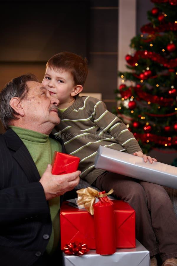 De grootvader en de kleinzoon met Kerstmis stellen voor royalty-vrije stock afbeeldingen