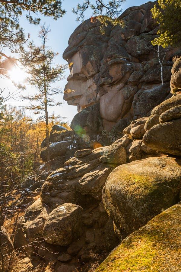 De Grootvaderrots van de Dedrots in het Stolby-Aardheiligdom Stolby is het wereldberoemde Russische natuurreservaat stock foto