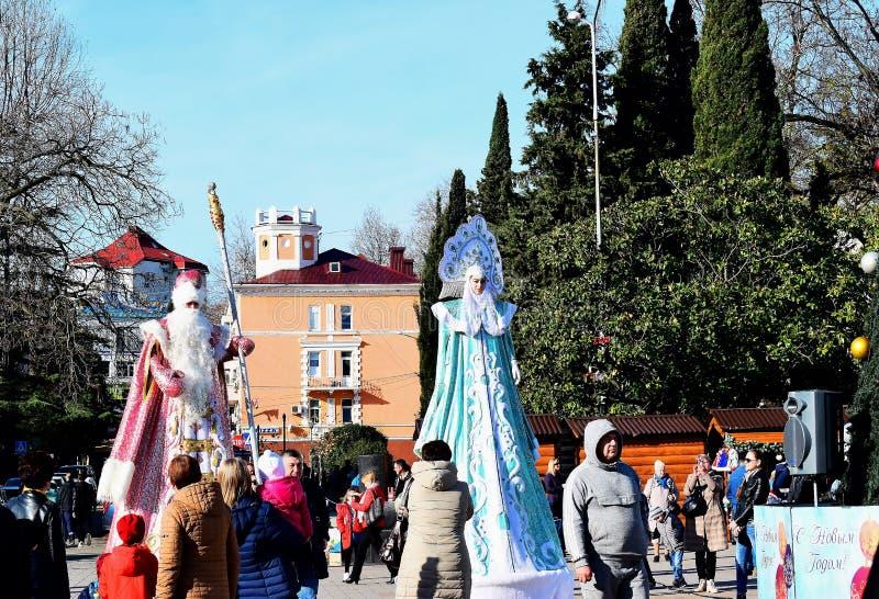 De grootvadervorst en het sneeuwmeisje zijn op het gebied van de stad van Tuapse aan de boom en stijging boven het publiek royalty-vrije stock foto