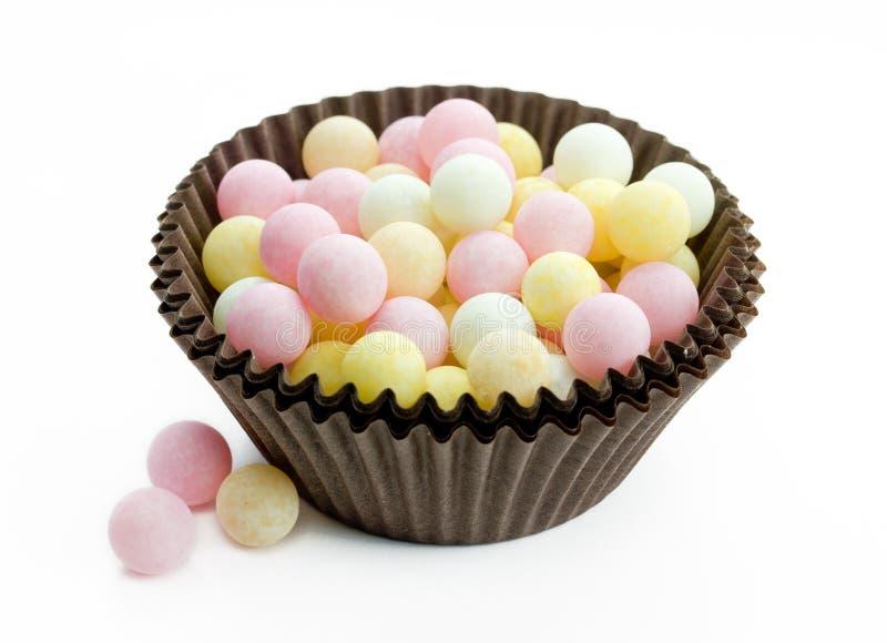 De grote ballen van de grootte eetbare suiker bestrooit pastelkleur op witte rug royalty-vrije stock afbeeldingen