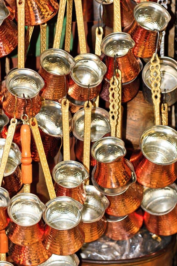 De Grote Bazaar van Istanboel - Turkse koffiepotten royalty-vrije stock fotografie