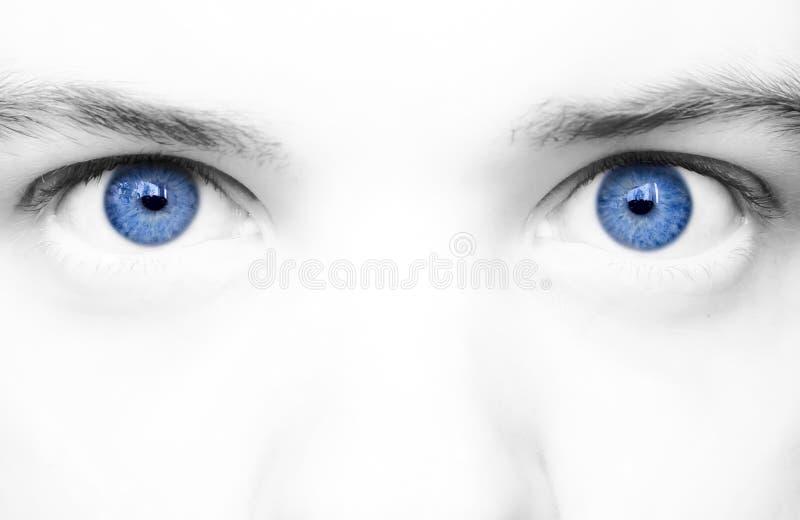 De grote blauwe ogen sluiten omhoog