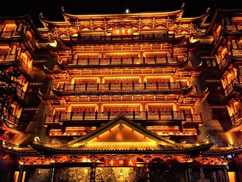 De grote boeddhistische tempel van China met een grote en prachtige nachtmening stock afbeeldingen