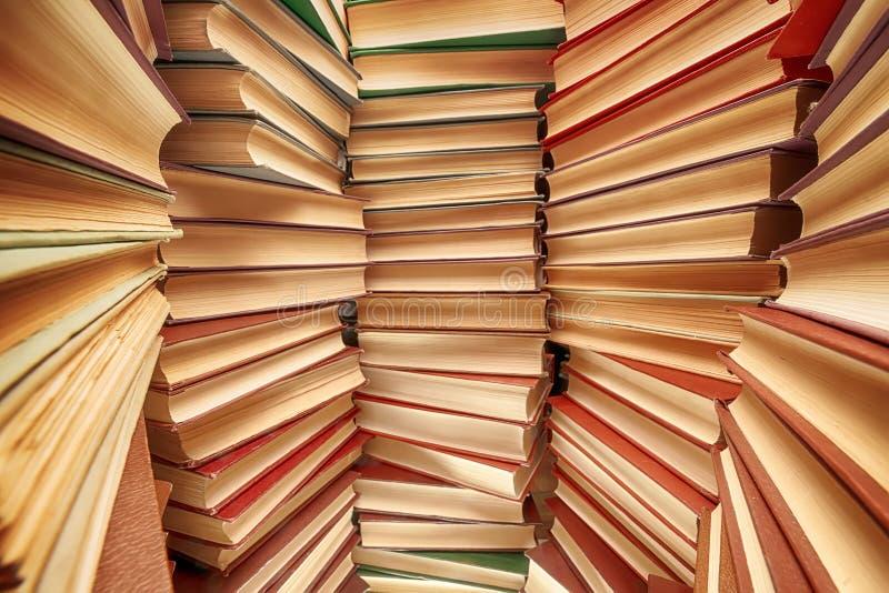 De grote boeken stapelen brede hoekmening op royalty-vrije stock afbeelding