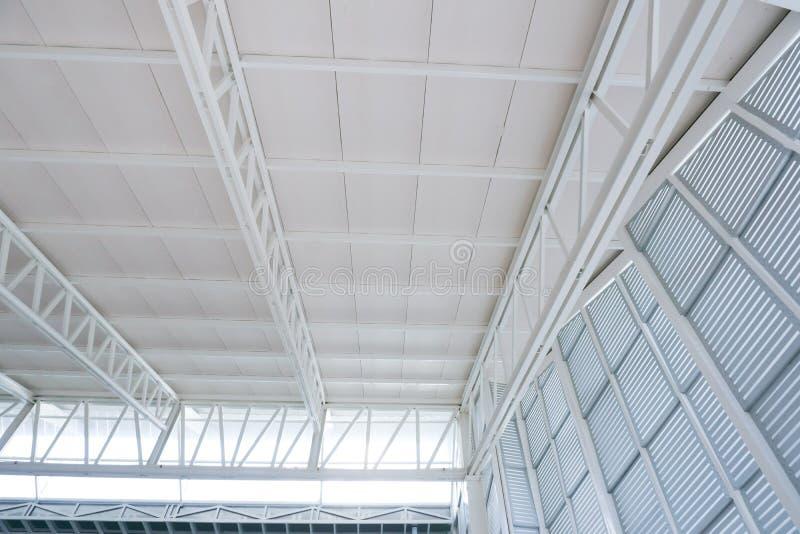 De grote bundel van de staalstructuur, dakkader en metaalblad in de bouwconstructieplaats royalty-vrije stock afbeeldingen